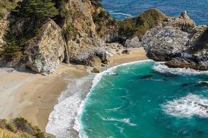 Beach Julia Pfeiffer och Mcway Falls, Big Sur, Kalifornien