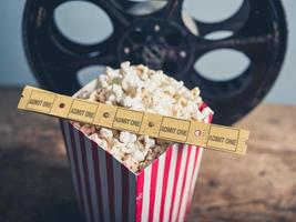gammal filmrulle, popcorn och biljetter foto