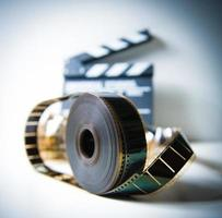 35mm filmrulle med out of focus clapper i bakgrunden foto