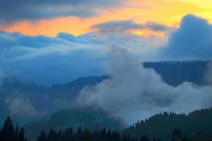 åska-storm och solnedgång i bergen. kaukasus. georgien