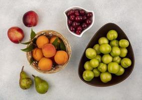 blandad frukt på neutral bakgrund
