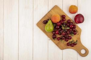blandad frukt på neutral bakgrund med kopieringsutrymme foto