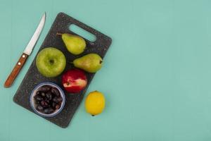 blandad frukt på blå bakgrund med kopieringsutrymme