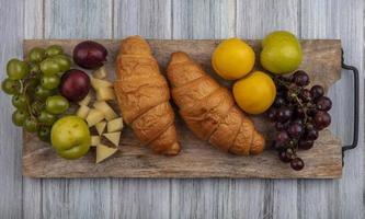 färsk frukt och bröd på skärbräda foto