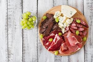 antipasto cateringfat med bacon, ryckig, korv, blåost foto
