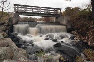vattenfall och bro foto