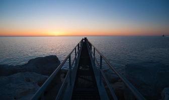 solen kommer upp över Lake Michigan Milwaukee Harbor foto