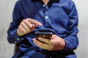 affärsman med en smartphone