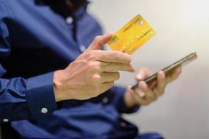 affärsman med kreditkort foto