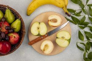 blandad frukt på neutral bakgrund foto