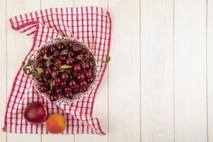 blandad frukt på stiliserad höstbakgrund med kopieringsutrymme
