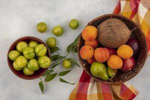 diverse frukt i en korg och skål