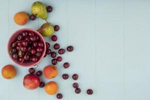 blandad frukt på blå träbakgrund med kopieringsutrymme foto