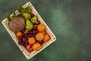 blandad frukt på grön bakgrund med kopieringsutrymme