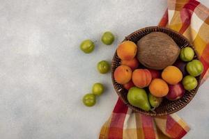 blandad frukt på neutral bakgrund med kopieringsutrymme