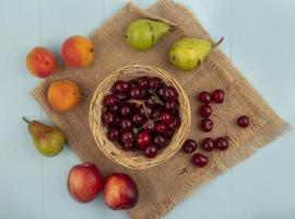 blandad frukt på stiliserad höstbakgrund foto