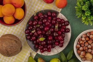 blandad frukt på stiliserad höstbakgrund