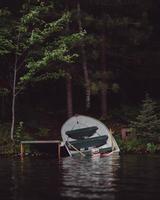 övergiven båt på stranden