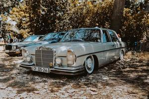 Kapstaden, Sydafrika, 2020 - grå Mercedes-Benz sedan utanför foto