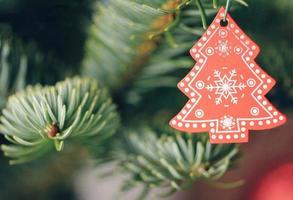 närbild av julgransdekoration