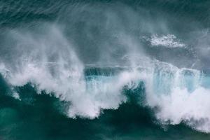 dramatiska havsvågor som kraschar nära stranden