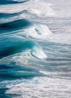 blå havsvågor under dagen