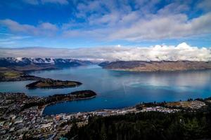 en stad nära en vacker blå sjö