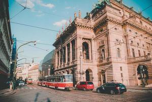 trafik framför en klassisk byggnad foto