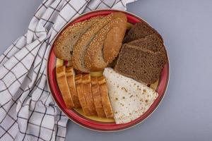 diverse bröd på neutral bakgrund foto