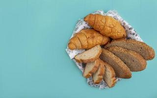 diverse bröd på blå bakgrund foto
