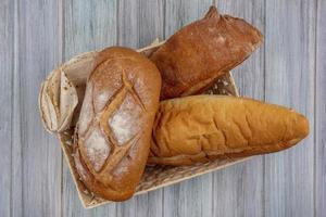 diverse bröd på neutral bakgrund