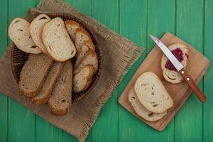 skivat bröd på grön bakgrund foto