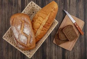 diverse skivat bröd på träbakgrund
