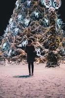 enorm julgran i den snöiga staden