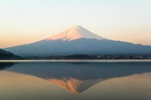 inverterad bild av mt fuji, utsikt från sjön kawaguchi foto