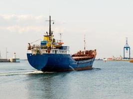 lastfartyget lämnar hamnen
