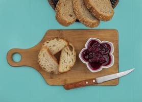 skivat bröd och frukt på blå bakgrund