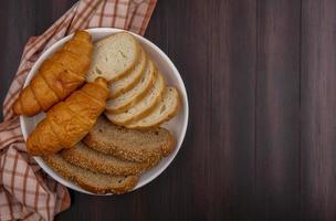 skivad bröd på träbakgrund foto