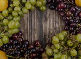 blandad frukt på träbakgrund med kopieringsutrymme foto