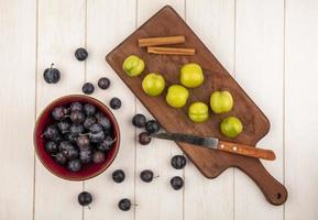 blandad frukt på en vit träbakgrund