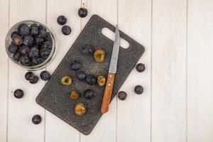 mörka bär på en köksskärbräda foto