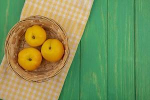 färska aprikoser på grön bakgrund med kopieringsutrymme foto