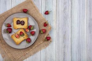 bär och rostat bröd på en träbakgrund med kopieringsutrymme foto