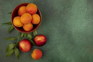 blandad frukt på grön bakgrund med kopieringsutrymme foto