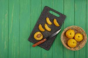 aprikoser blandade på grön bakgrund med kopieringsutrymme