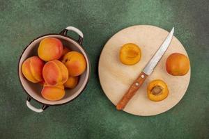 aprikoser blandade på grön bakgrund