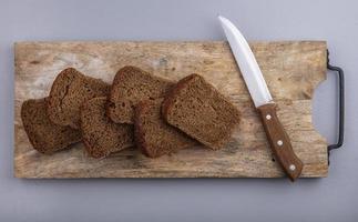 ovanifrån av skivat rågbröd