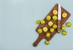 ovanifrån av skivor av gröna körsbärsplommon foto
