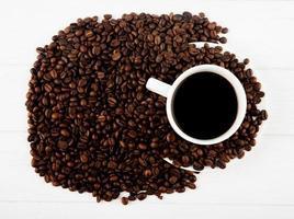 ovanifrån av en kopp kaffe och kaffebönor