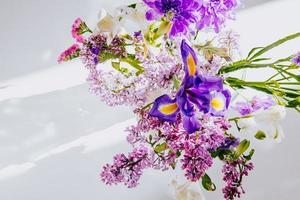 ovanifrån av en bukett med lila blommor